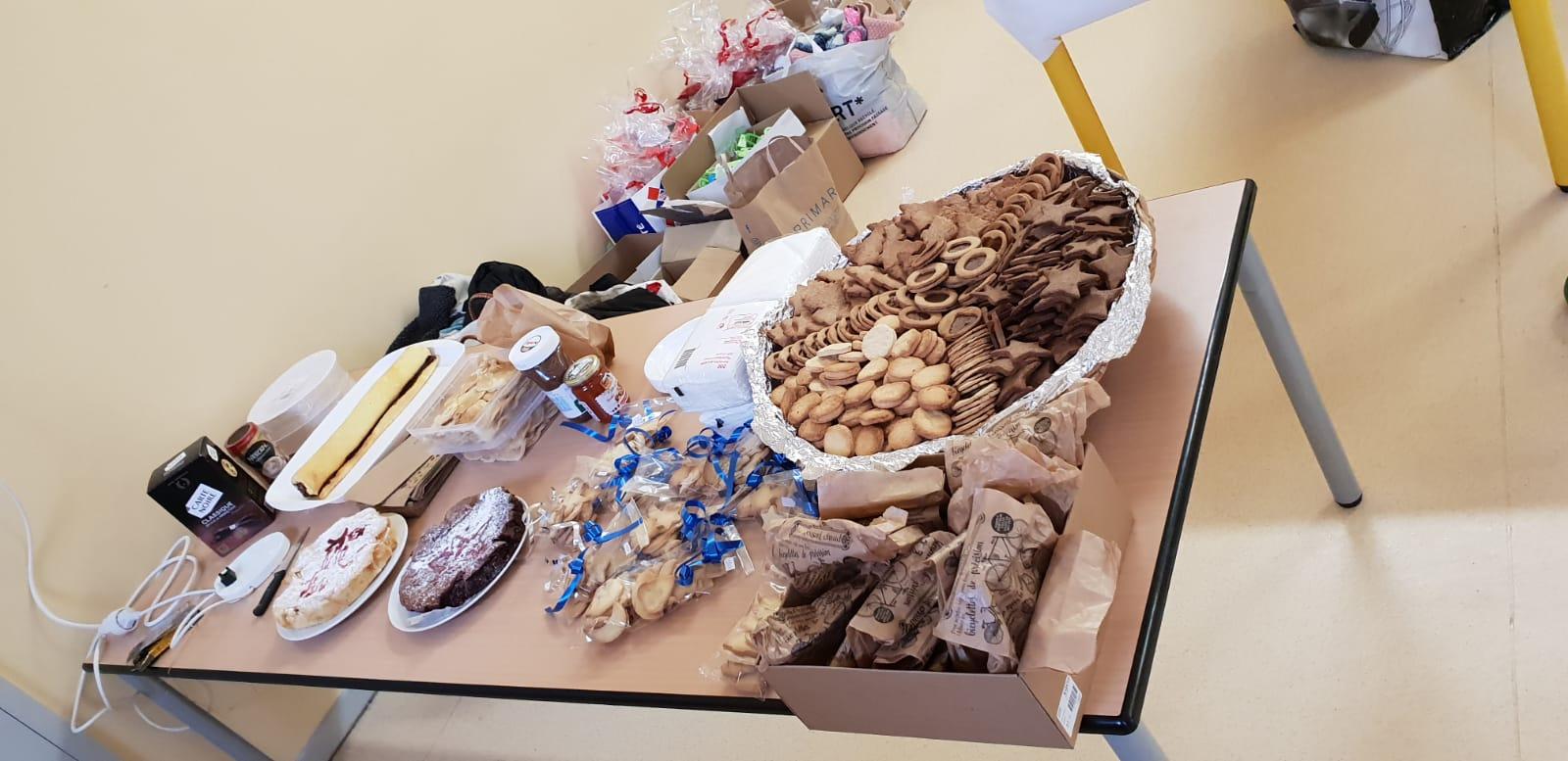La table aux gâteaux avec les sablés des CM2C et des passerelles