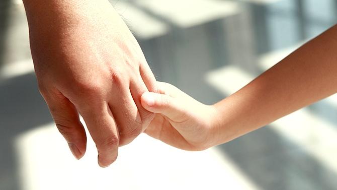 Mains adulte et enfant