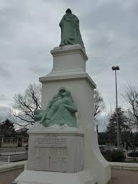 Monument aux morts tour du pin